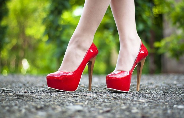8 Tips to walk at ease in high heels