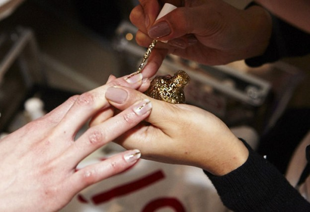 8 Steps to a gold foil manicure